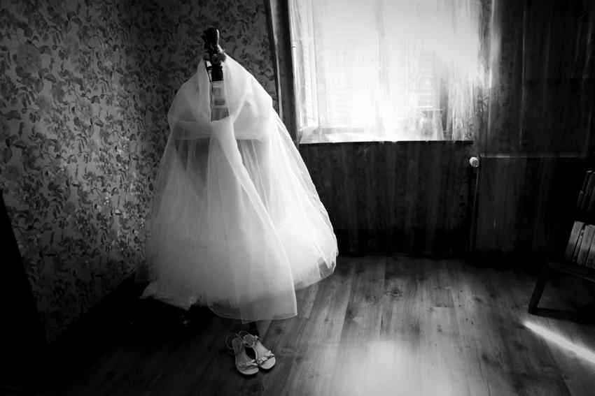 La préparation de la mariée en noir et blanc 5