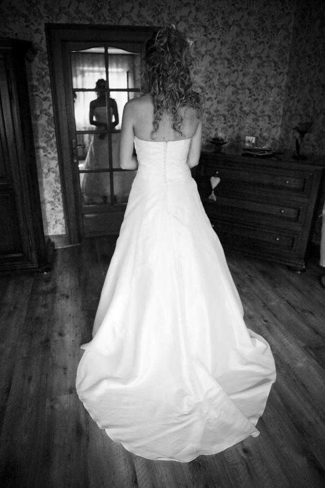 La préparation de la mariée en noir et blanc 4