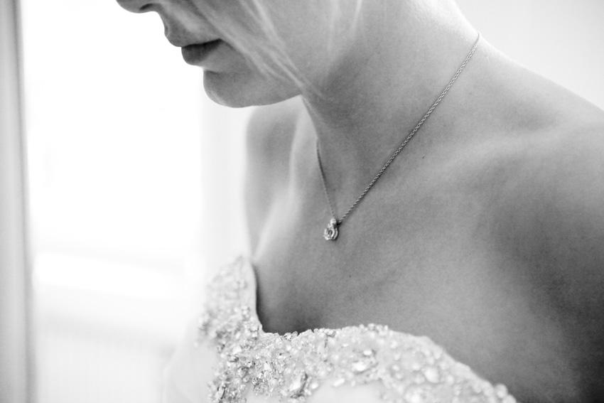 La préparation de la mariée en noir et blanc 1